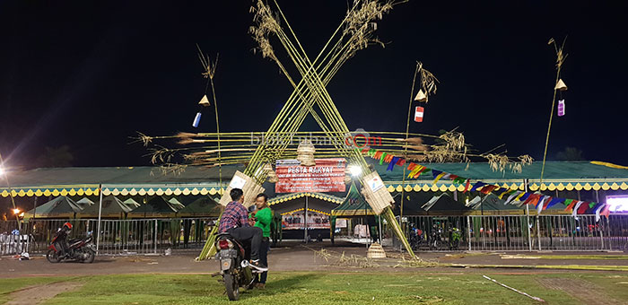 Dari Bambu Apus, Gapura Pesta Rakyat Ikonik