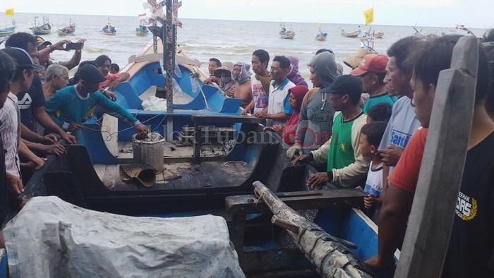 Perahu Terbakar, Tiga Nelayan Keradenan Ceburkan Diri ke Laut