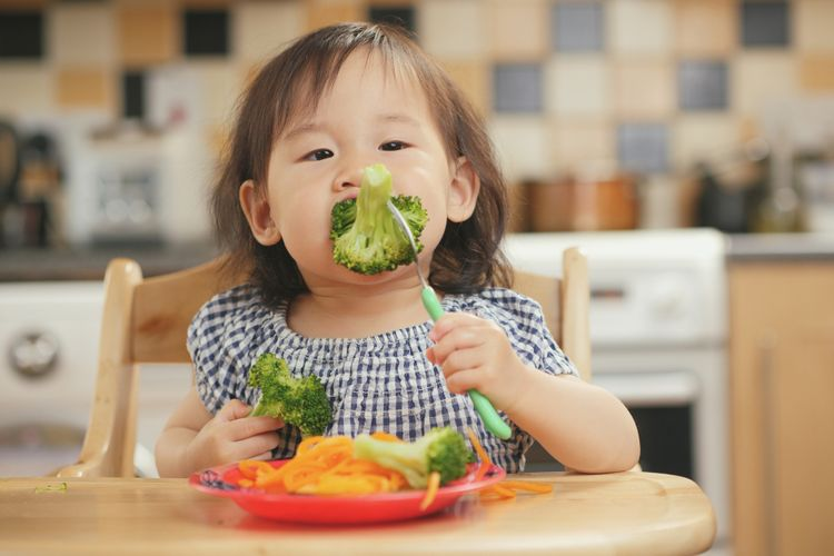 Jangan Biasakan Anak Makan Sambil Main Gadget