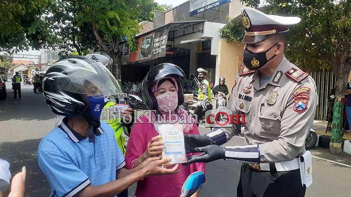 Polisi di Tuban Beri Reward Paket Imun Booster Bagi pengendara Yang Tertib Lalulintas