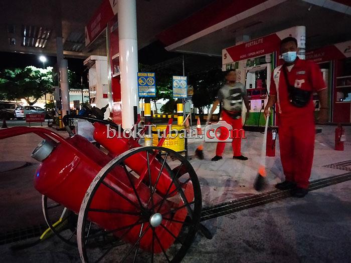 Petugas Bersihkan Pom Sleko Pasca Ledakan Tangki BBM