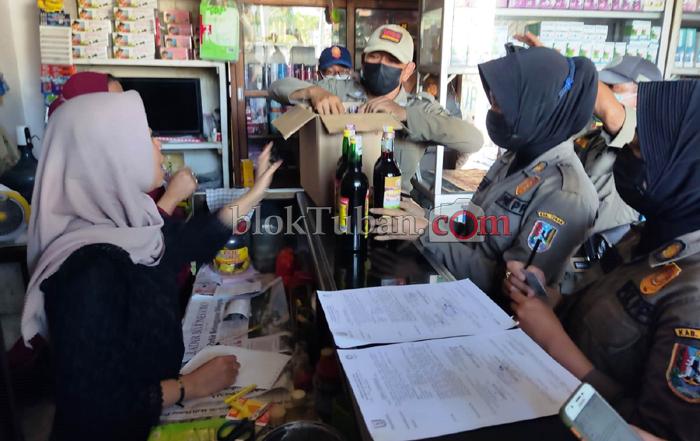 Sisir Pantura Tuban, Petugas Gabungan Amankan Puluhan Botol Miras