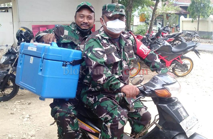 Tempuh Jarak 23 Km, Babinsa Montong Antarkan Vaksin ke Pelosok Desa